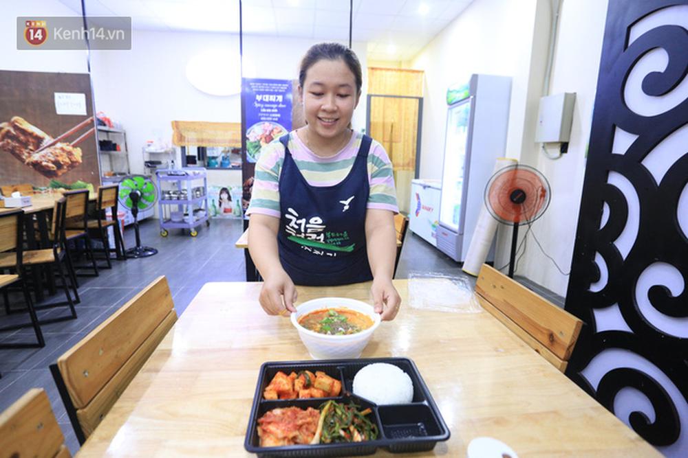 Vụ đoàn khách Hàn Quốc chê ăn uống tồi tệ khi cách ly ở Đà Nẵng: Nhà hàng nấu 22 suất cơm nói gì? - Ảnh 2.