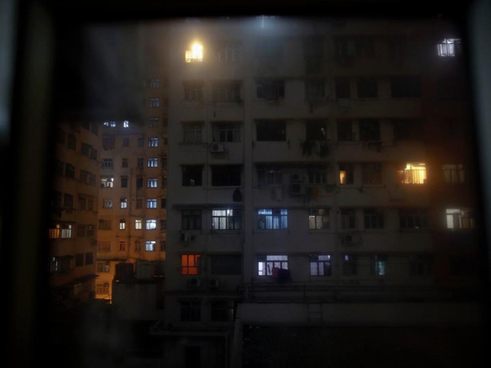 Không thể ra ngoài, hàng nghìn người nghèo Hong Kong nhốt mình trong nhà quan tài từ sáng đến đêm vì sợ virus corona - Ảnh 11.