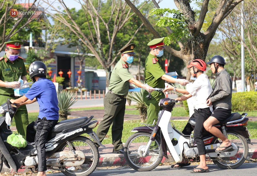 Hình ảnh đẹp ở Đà Nẵng: Công an xuống đường phát khẩu trang miễn phí, người dân xếp hàng học cách chống virus Corona - Ảnh 1.