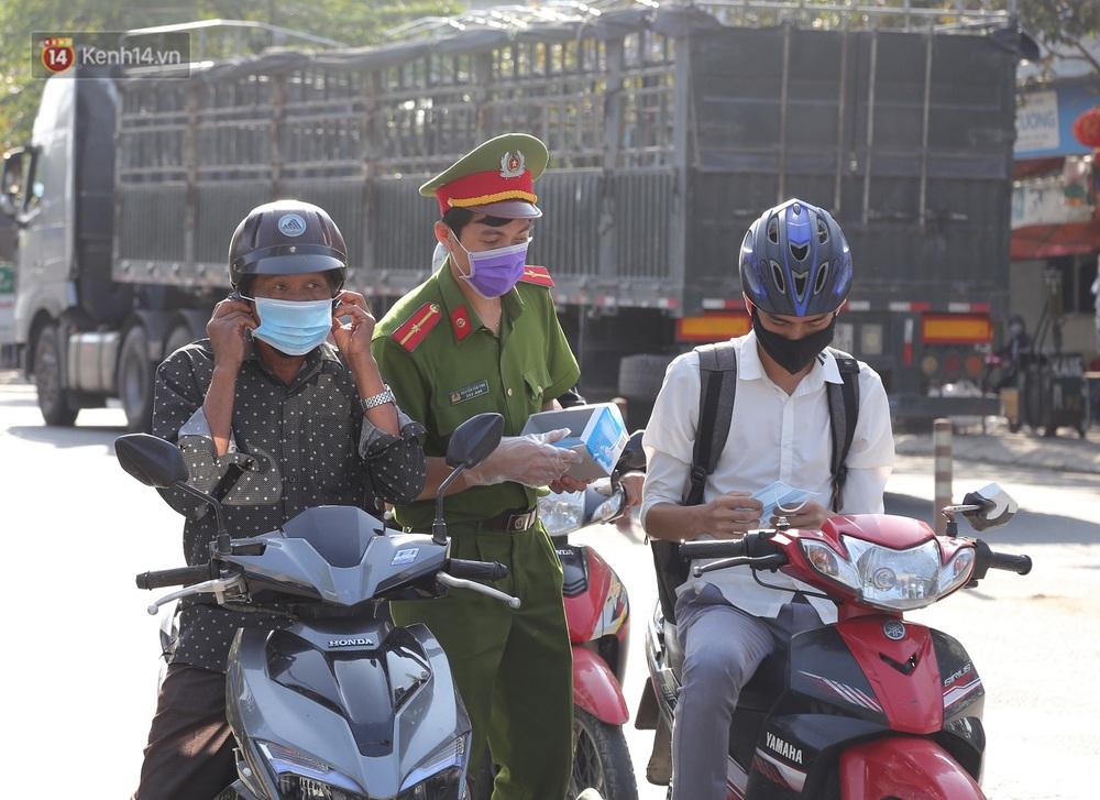 Hình ảnh đẹp ở Đà Nẵng: Công an xuống đường phát khẩu trang miễn phí, người dân xếp hàng học cách chống virus Corona - Ảnh 3.