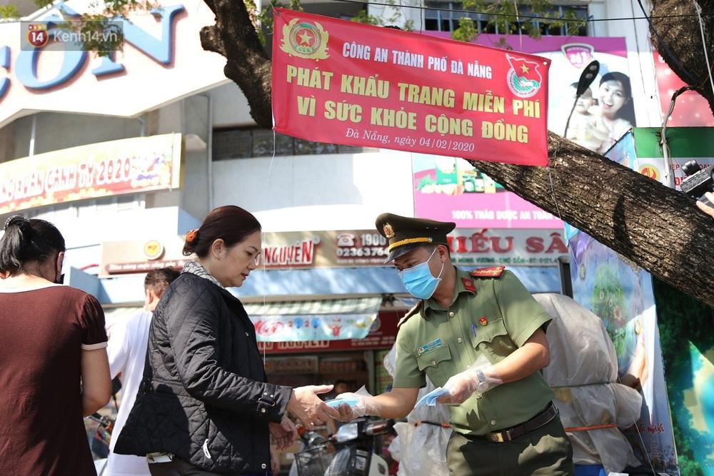 Hình ảnh đẹp ở Đà Nẵng: Công an xuống đường phát khẩu trang miễn phí, người dân xếp hàng học cách chống virus Corona - Ảnh 2.