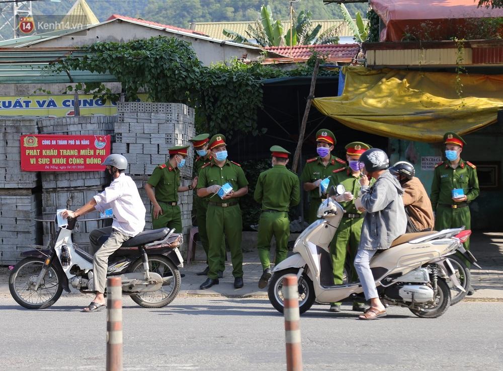 Hình ảnh đẹp ở Đà Nẵng: Công an xuống đường phát khẩu trang miễn phí, người dân xếp hàng học cách chống virus Corona - Ảnh 5.