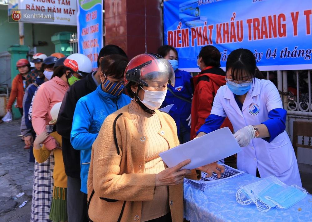 Hình ảnh đẹp ở Đà Nẵng: Công an xuống đường phát khẩu trang miễn phí, người dân xếp hàng học cách chống virus Corona - Ảnh 10.