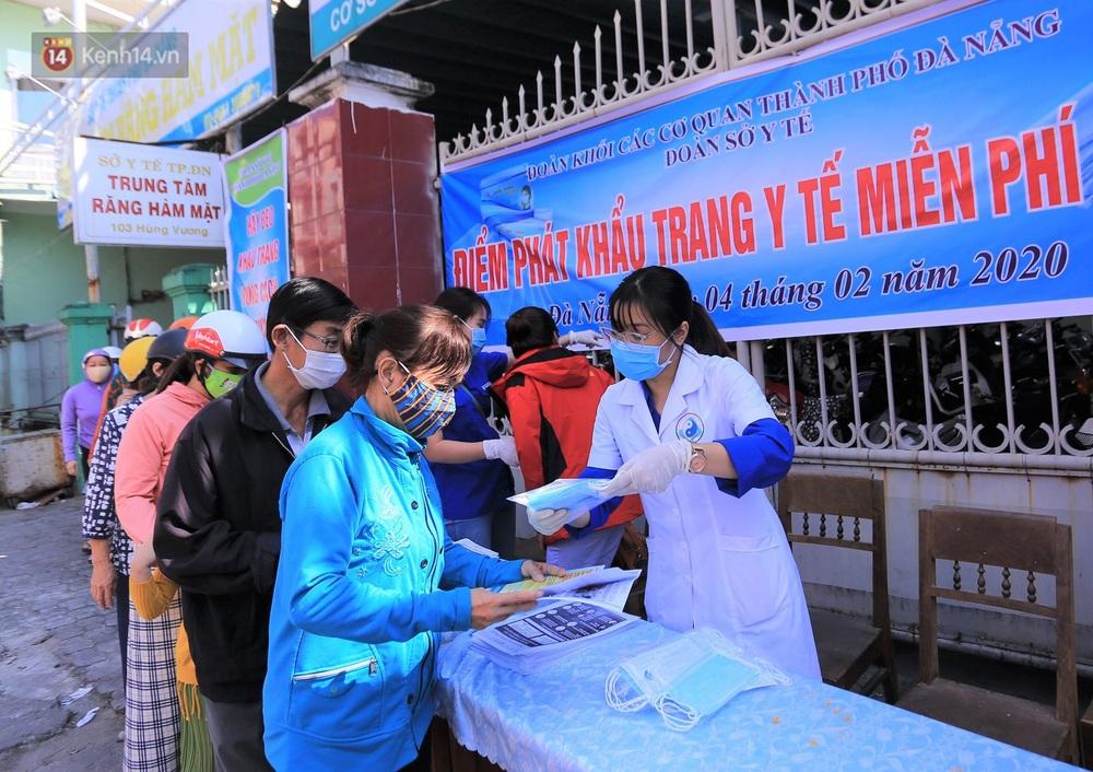 Hình ảnh đẹp ở Đà Nẵng: Công an xuống đường phát khẩu trang miễn phí, người dân xếp hàng học cách chống virus Corona - Ảnh 13.