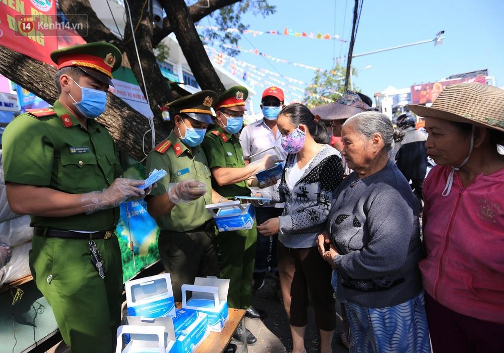 Hình ảnh đẹp ở Đà Nẵng: Công an xuống đường phát khẩu trang miễn phí, người dân xếp hàng học cách chống virus Corona - Ảnh 6.