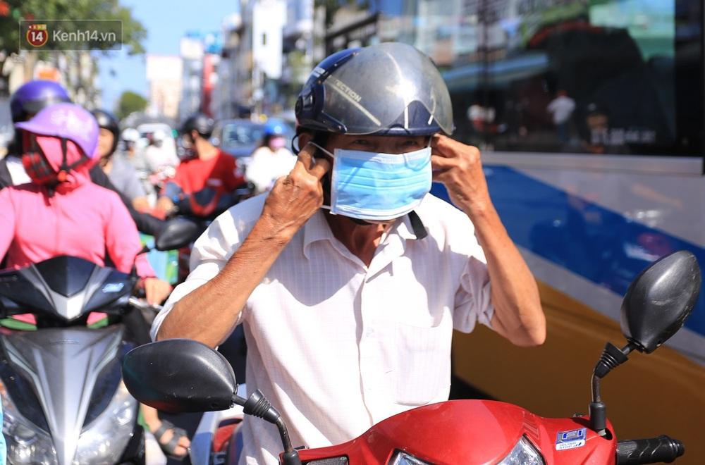 Hình ảnh đẹp ở Đà Nẵng: Công an xuống đường phát khẩu trang miễn phí, người dân xếp hàng học cách chống virus Corona - Ảnh 7.