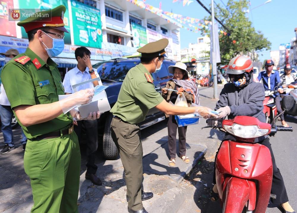 Hình ảnh đẹp ở Đà Nẵng: Công an xuống đường phát khẩu trang miễn phí, người dân xếp hàng học cách chống virus Corona - Ảnh 8.