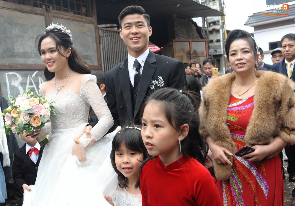 Lễ cưới Duy Mạnh - Quỳnh Anh: Cô dâu và chú rể trao nhẫn cho nhau trong tiếng reo hò của hơn một nghìn quan khách - Ảnh 9.