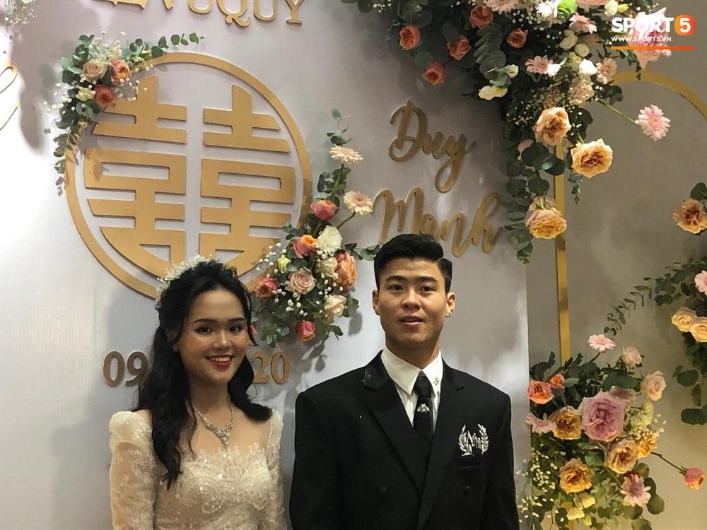 Lễ cưới Duy Mạnh - Quỳnh Anh: Cô dâu và chú rể trao nhẫn cho nhau trong tiếng reo hò của hơn một nghìn quan khách - Ảnh 14.