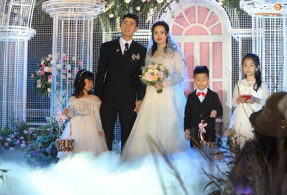 Lễ cưới Duy Mạnh - Quỳnh Anh: Cô dâu và chú rể trao nhẫn cho nhau trong tiếng reo hò của hơn một nghìn quan khách - Ảnh 5.