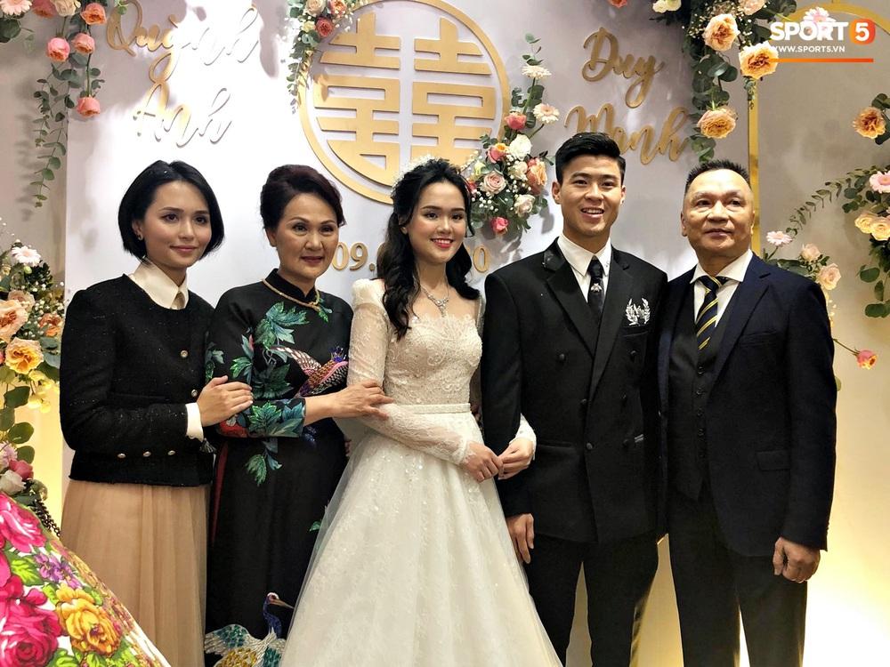 Lễ cưới Duy Mạnh - Quỳnh Anh: Cô dâu và chú rể trao nhẫn cho nhau trong tiếng reo hò của hơn một nghìn quan khách - Ảnh 13.