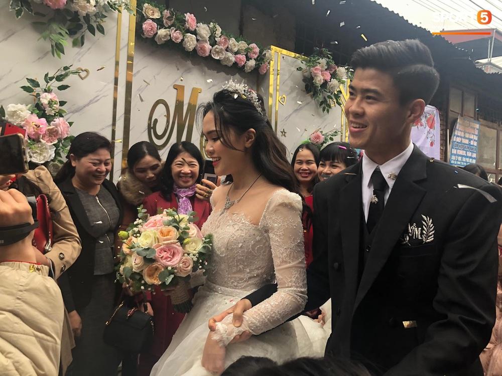 Lễ cưới Duy Mạnh - Quỳnh Anh: Cô dâu và chú rể trao nhẫn cho nhau trong tiếng reo hò của hơn một nghìn quan khách - Ảnh 10.