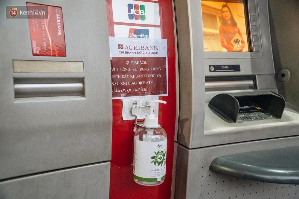 Chùm ảnh: Ngân hàng bố trí nước rửa tay sát khuẩn tại các cây ATM phòng dịch COVID-19 - Ảnh 4.