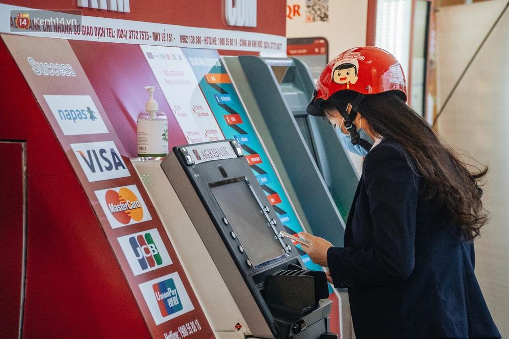 Chùm ảnh: Ngân hàng bố trí nước rửa tay sát khuẩn tại các cây ATM phòng dịch COVID-19 - Ảnh 5.