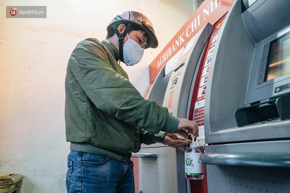 Chùm ảnh: Ngân hàng bố trí nước rửa tay sát khuẩn tại các cây ATM phòng dịch COVID-19 - Ảnh 8.