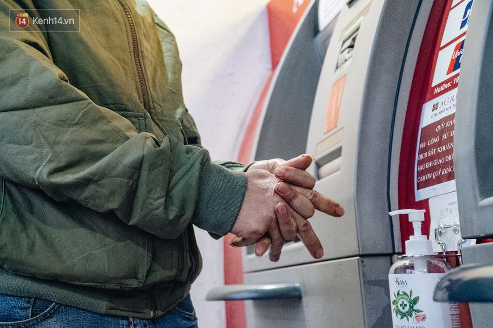 Chùm ảnh: Ngân hàng bố trí nước rửa tay sát khuẩn tại các cây ATM phòng dịch COVID-19 - Ảnh 9.