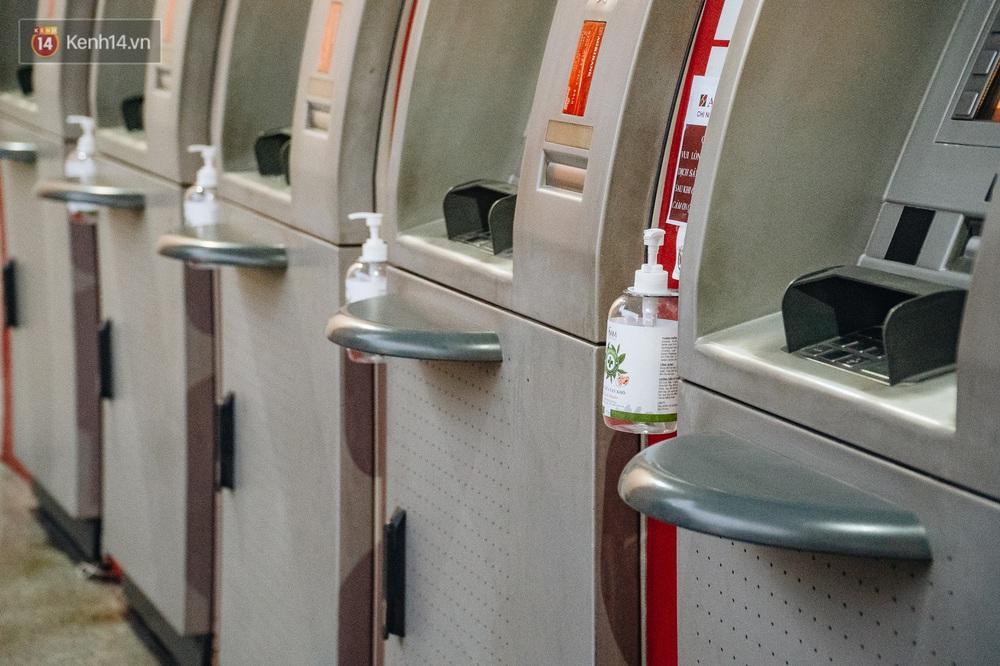 Chùm ảnh: Ngân hàng bố trí nước rửa tay sát khuẩn tại các cây ATM phòng dịch COVID-19 - Ảnh 3.