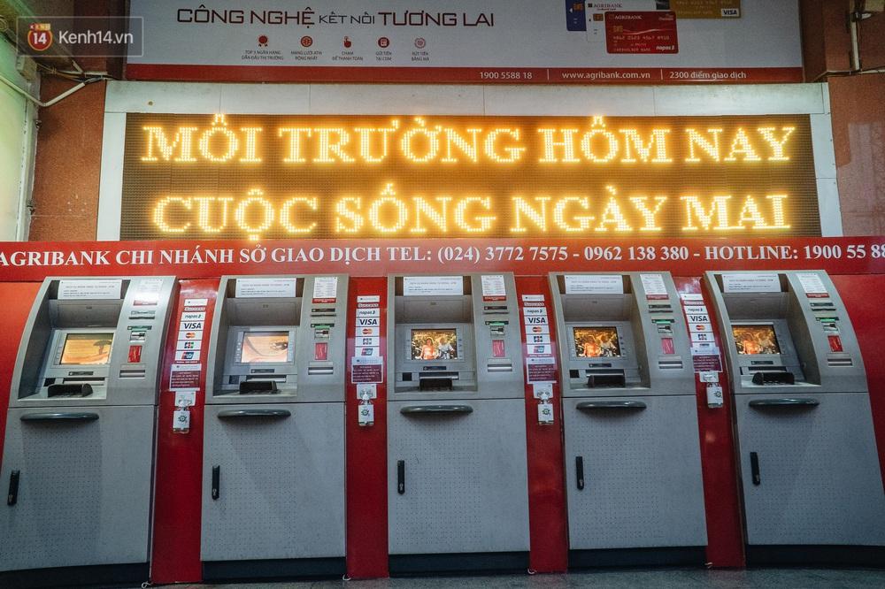 Chùm ảnh: Ngân hàng bố trí nước rửa tay sát khuẩn tại các cây ATM phòng dịch COVID-19 - Ảnh 1.