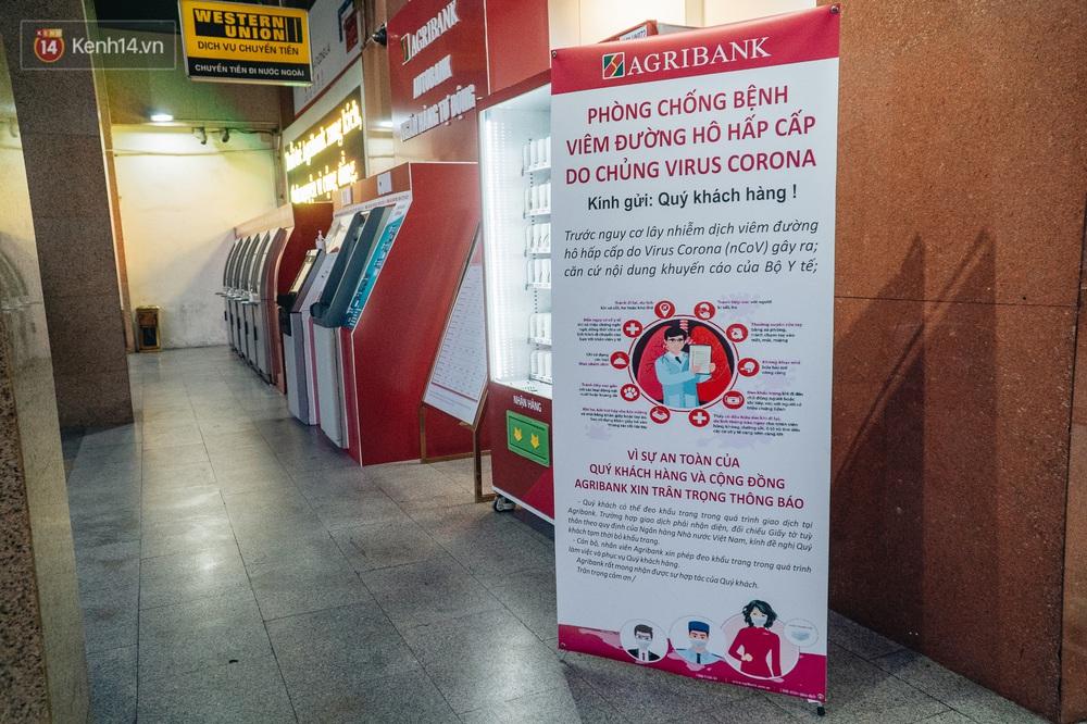 Chùm ảnh: Ngân hàng bố trí nước rửa tay sát khuẩn tại các cây ATM phòng dịch COVID-19 - Ảnh 2.