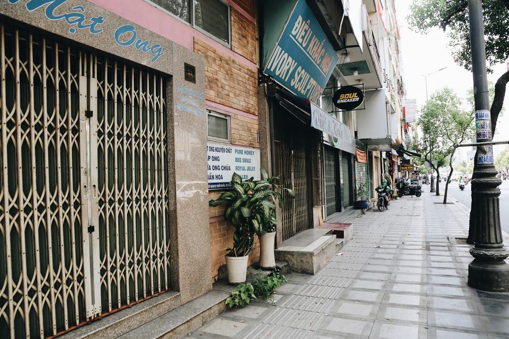 Phố Sài Gòn vắng lặng, quán cafe đồng loạt tạm đóng cửa chung tay phòng chống dịch Covid-19 - Ảnh 15.