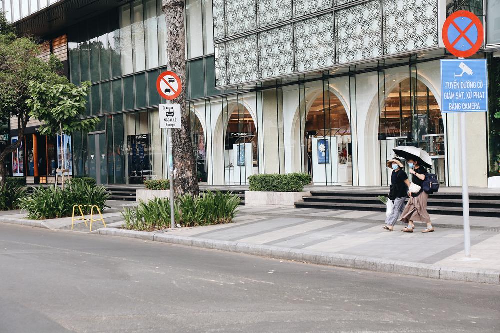 Phố Sài Gòn vắng lặng, quán cafe đồng loạt tạm đóng cửa chung tay phòng chống dịch Covid-19 - Ảnh 16.