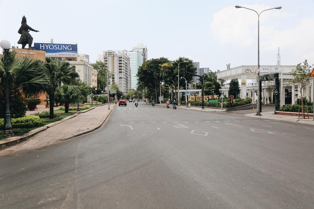Phố Sài Gòn vắng lặng, quán cafe đồng loạt tạm đóng cửa chung tay phòng chống dịch Covid-19 - Ảnh 3.