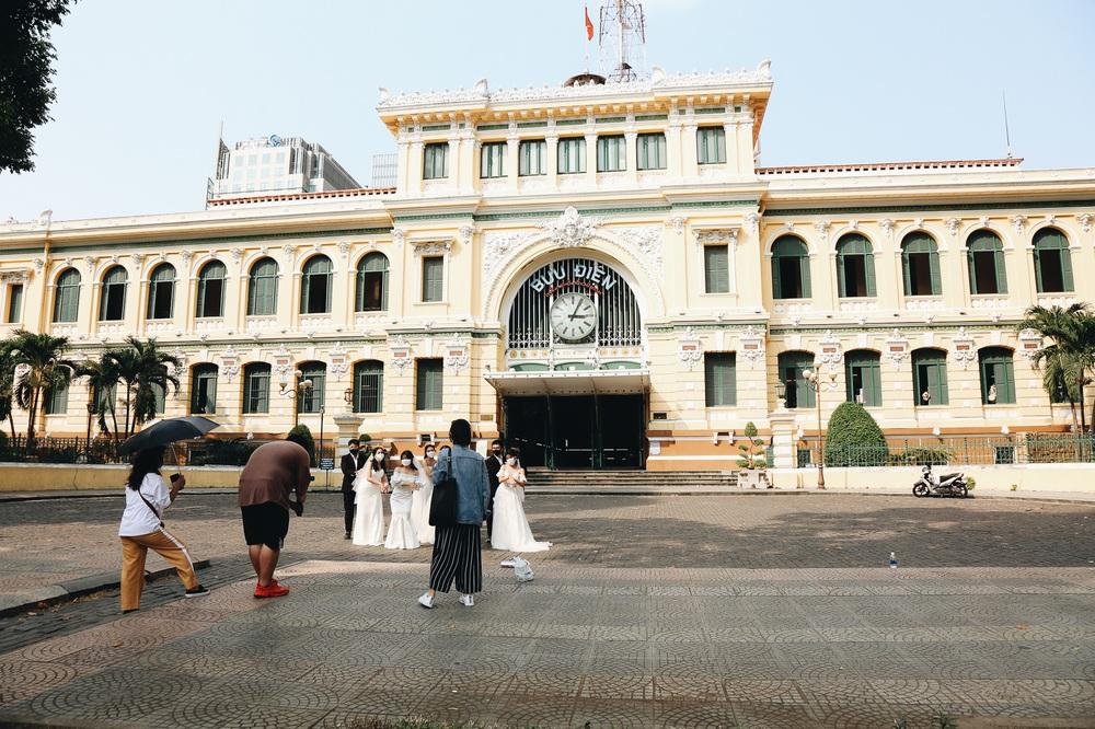 Ngày đầu áp dụng lệnh hạn chế di chuyển: Những điểm vui chơi ở Sài Gòn vắng hoe, chợ Bến Thành không một bóng du khách - Ảnh 10.