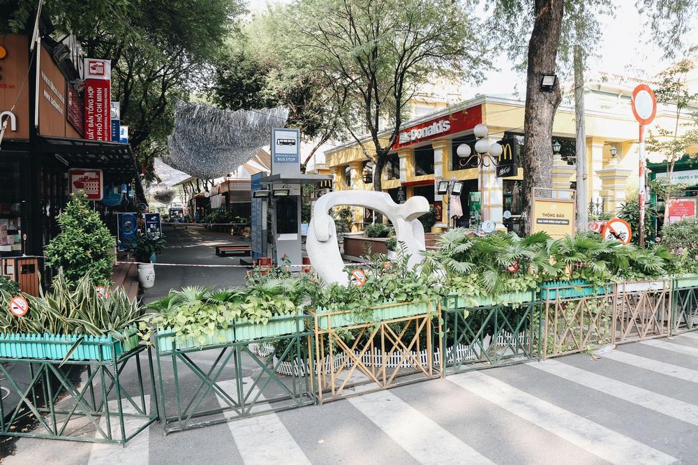 Ngày đầu áp dụng lệnh hạn chế di chuyển: Những điểm vui chơi ở Sài Gòn vắng hoe, chợ Bến Thành không một bóng du khách - Ảnh 11.