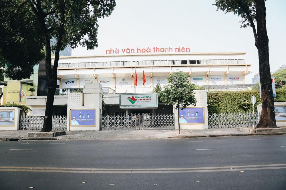 Ngày đầu áp dụng lệnh hạn chế di chuyển: Những điểm vui chơi ở Sài Gòn vắng hoe, chợ Bến Thành không một bóng du khách - Ảnh 7.