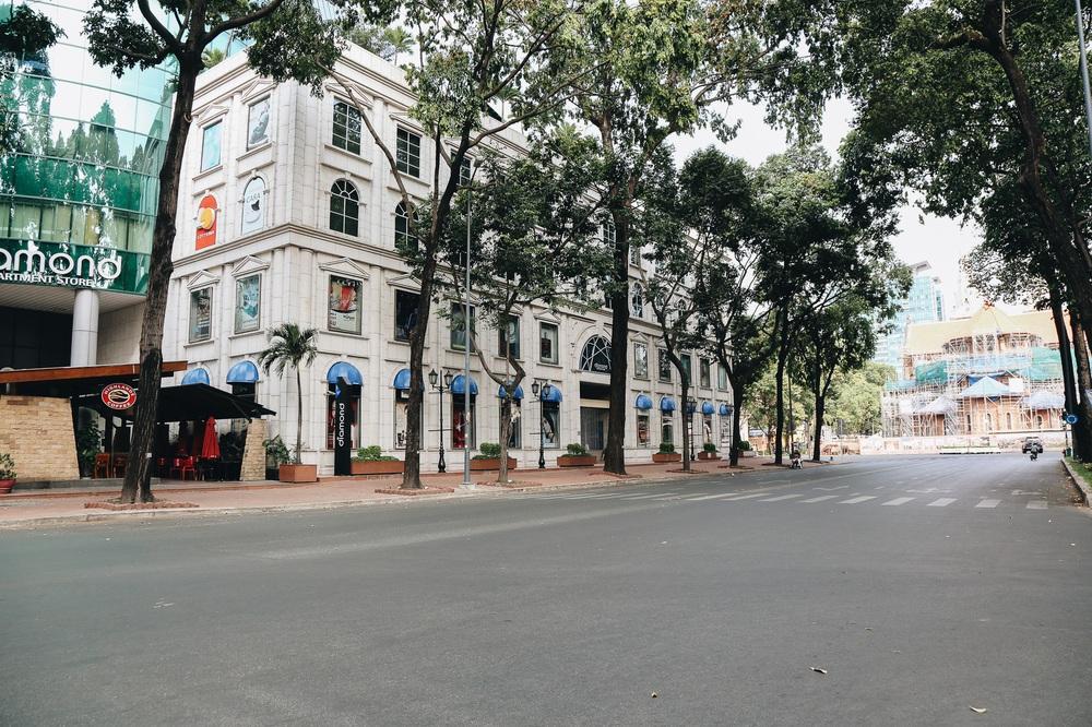Ngày đầu áp dụng lệnh hạn chế di chuyển: Những điểm vui chơi ở Sài Gòn vắng hoe, chợ Bến Thành không một bóng du khách - Ảnh 5.