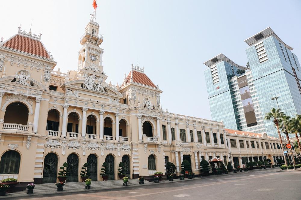 Ngày đầu áp dụng lệnh hạn chế di chuyển: Những điểm vui chơi ở Sài Gòn vắng hoe, chợ Bến Thành không một bóng du khách - Ảnh 2.
