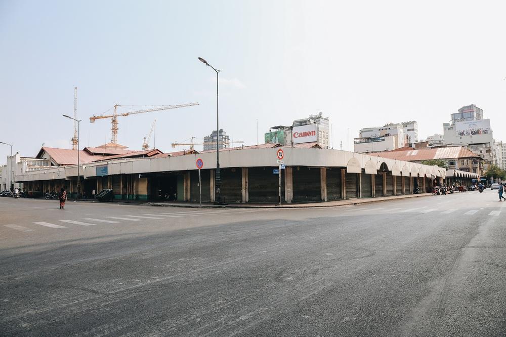Ngày đầu áp dụng lệnh hạn chế di chuyển: Những điểm vui chơi ở Sài Gòn vắng hoe, chợ Bến Thành không một bóng du khách - Ảnh 19.