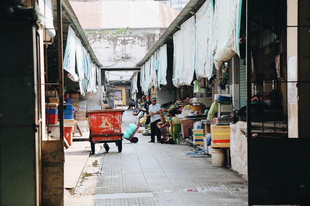 Ngày đầu áp dụng lệnh hạn chế di chuyển: Những điểm vui chơi ở Sài Gòn vắng hoe, chợ Bến Thành không một bóng du khách - Ảnh 18.