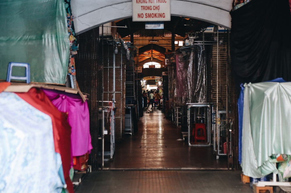 Ngày đầu áp dụng lệnh hạn chế di chuyển: Những điểm vui chơi ở Sài Gòn vắng hoe, chợ Bến Thành không một bóng du khách - Ảnh 17.