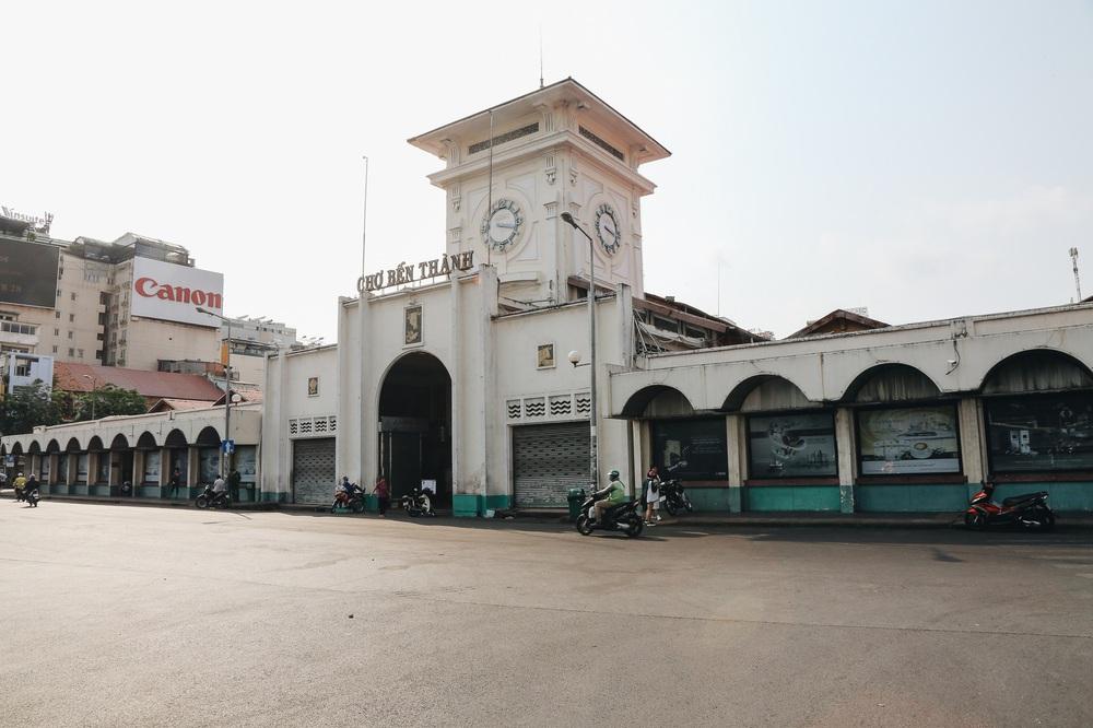 Ngày đầu áp dụng lệnh hạn chế di chuyển: Những điểm vui chơi ở Sài Gòn vắng hoe, chợ Bến Thành không một bóng du khách - Ảnh 15.
