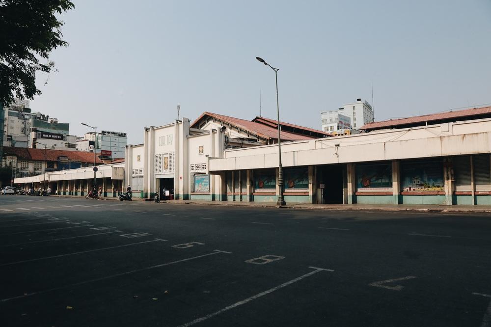Ngày đầu áp dụng lệnh hạn chế di chuyển: Những điểm vui chơi ở Sài Gòn vắng hoe, chợ Bến Thành không một bóng du khách - Ảnh 16.