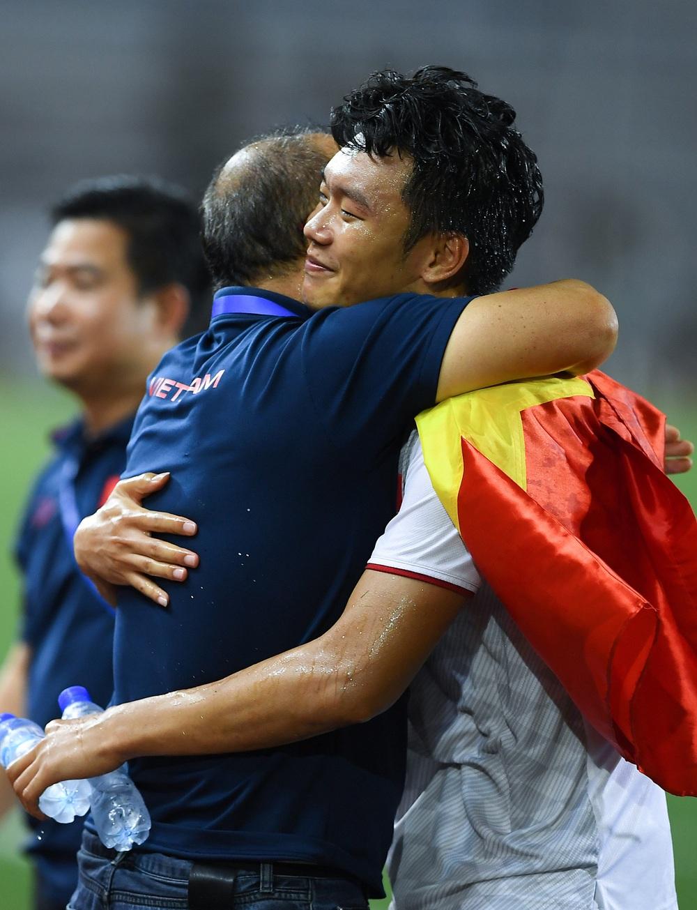 U22 Việt Nam ăn mừng cực cảm xúc khi vô địch SEA Games 30 - Ảnh 5.
