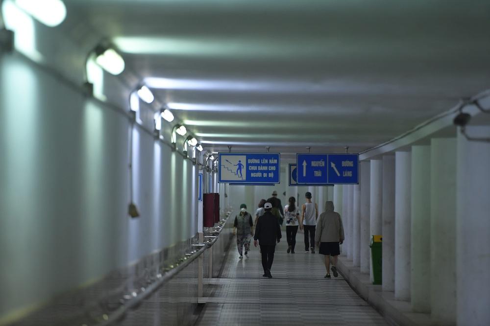 Người dân Hà Nội đổ xuống hầm đi bộ tập thể dục, lực lượng chức năng khản giọng thuyết phục mới chịu về nhà - Ảnh 3.