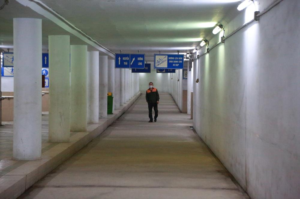 Người dân Hà Nội đổ xuống hầm đi bộ tập thể dục, lực lượng chức năng khản giọng thuyết phục mới chịu về nhà - Ảnh 6.