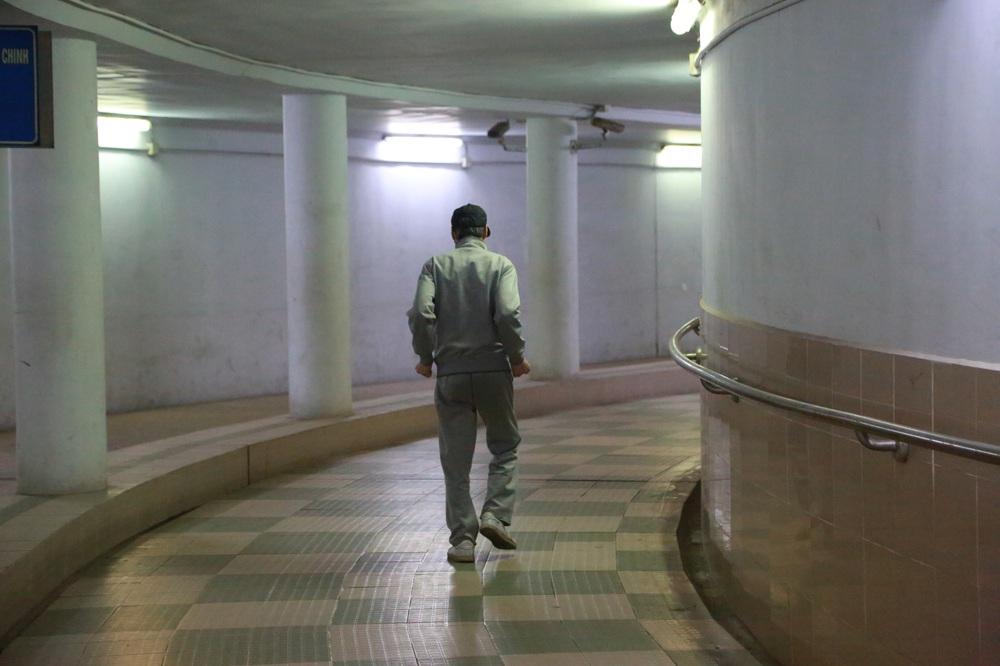 Người dân Hà Nội đổ xuống hầm đi bộ tập thể dục, lực lượng chức năng khản giọng thuyết phục mới chịu về nhà - Ảnh 7.