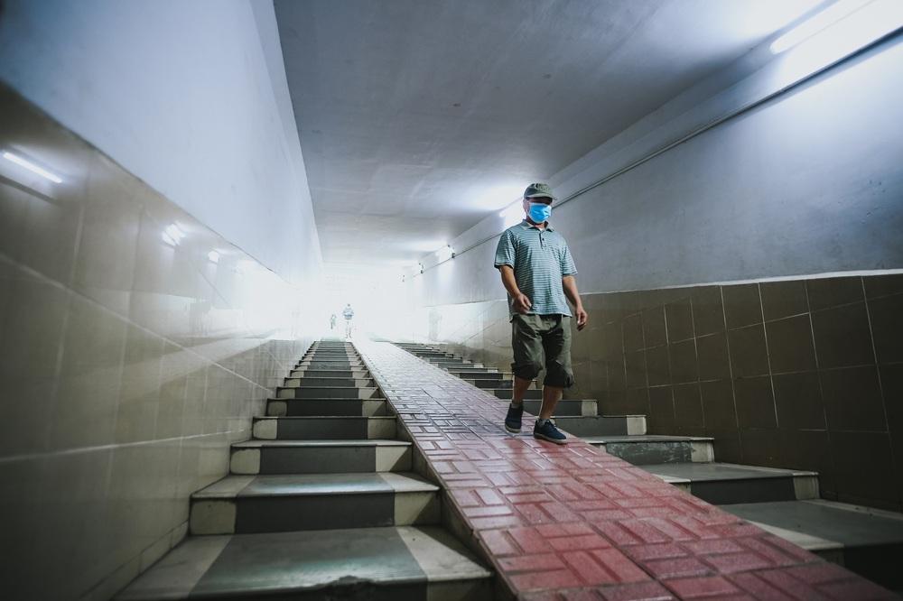 Người dân Hà Nội đổ xuống hầm đi bộ tập thể dục, lực lượng chức năng khản giọng thuyết phục mới chịu về nhà - Ảnh 2.