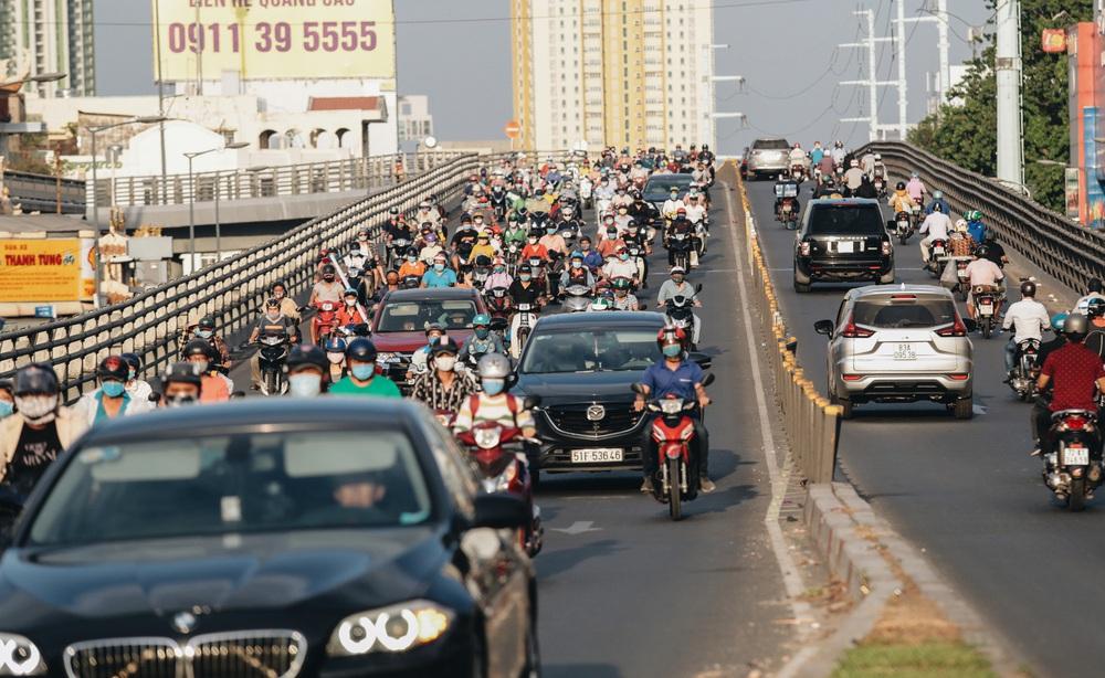 Ảnh: Đường phố Sài Gòn đông đúc trong buổi chiều cuối cùng thực hiện giãn cách xã hội - Ảnh 1.