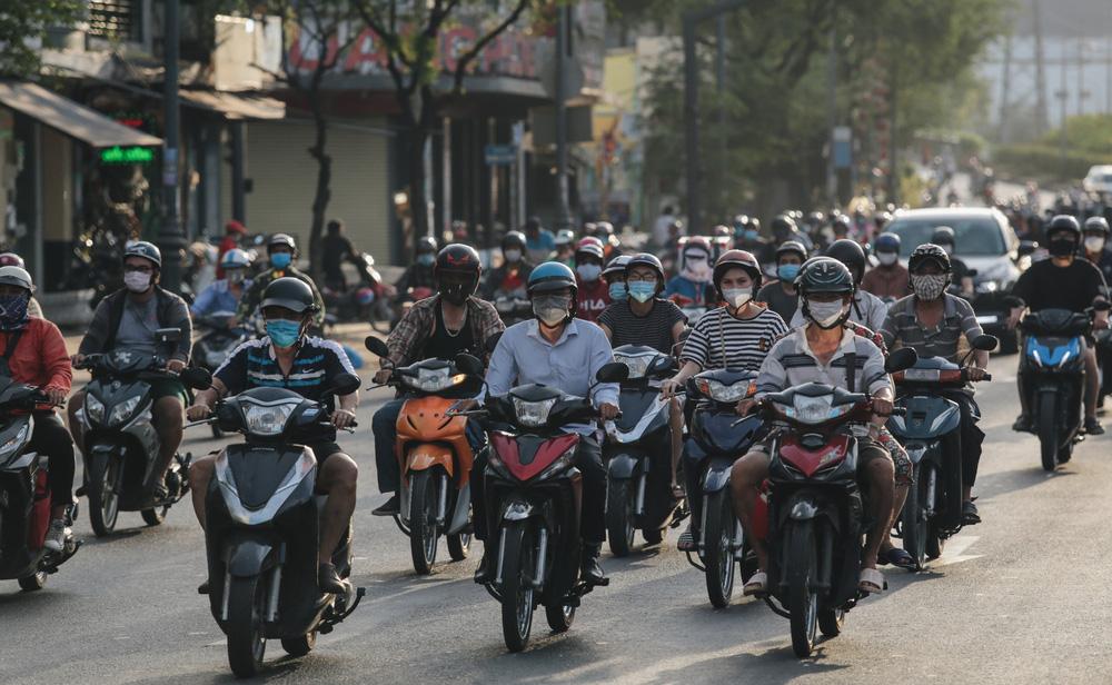 Ảnh: Đường phố Sài Gòn đông đúc trong buổi chiều cuối cùng thực hiện giãn cách xã hội - Ảnh 3.