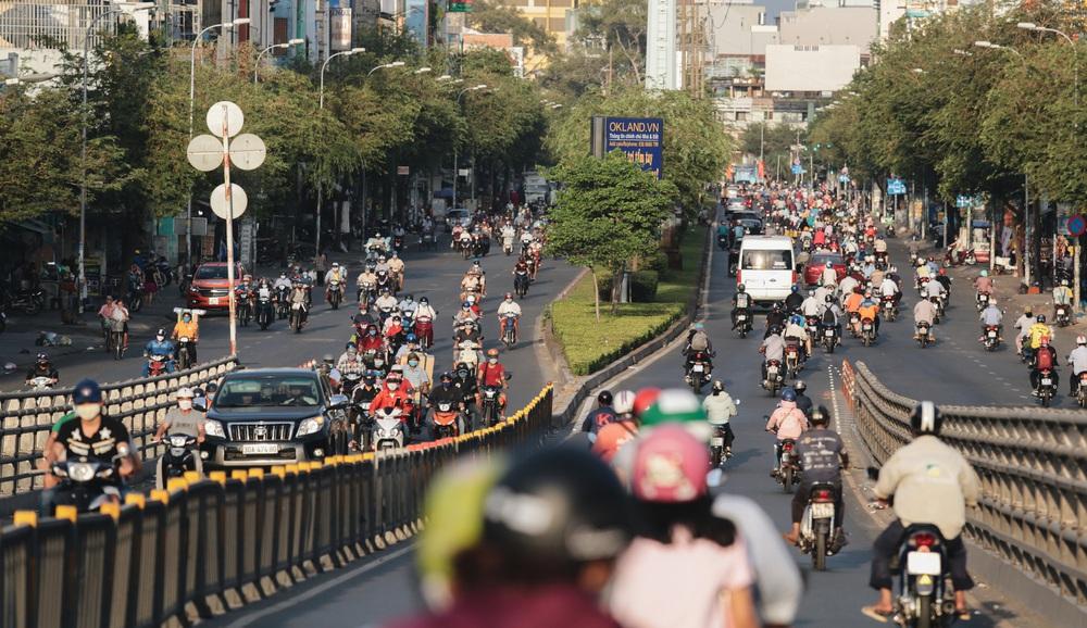 Ảnh: Đường phố Sài Gòn đông đúc trong buổi chiều cuối cùng thực hiện giãn cách xã hội - Ảnh 2.