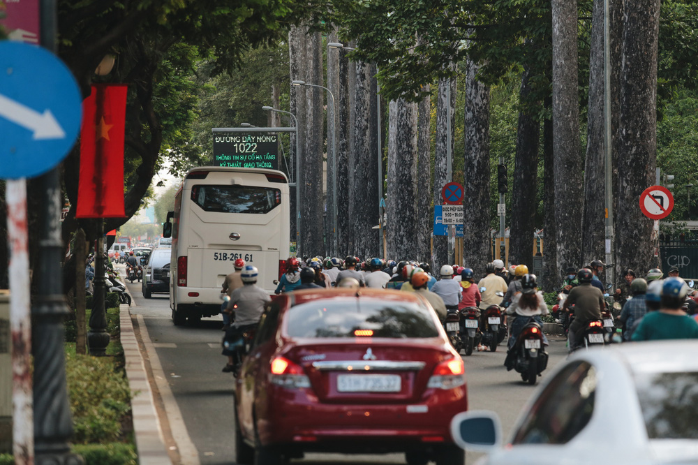 Ảnh: Đường phố Sài Gòn đông đúc trong buổi chiều cuối cùng thực hiện giãn cách xã hội - Ảnh 7.