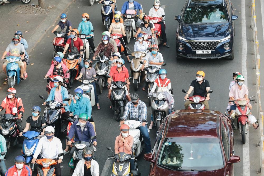 Ảnh: Đường phố Sài Gòn đông đúc trong buổi chiều cuối cùng thực hiện giãn cách xã hội - Ảnh 6.
