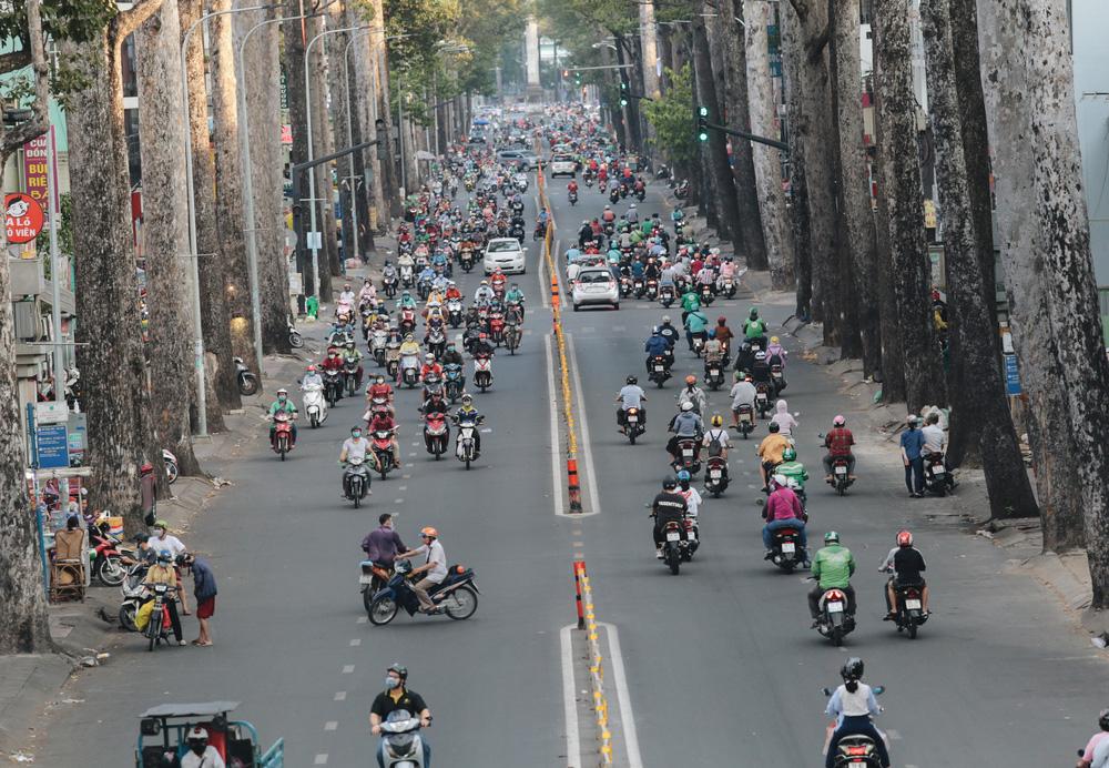 Ảnh: Đường phố Sài Gòn đông đúc trong buổi chiều cuối cùng thực hiện giãn cách xã hội - Ảnh 5.