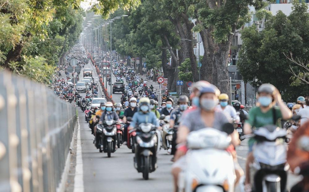 Ảnh: Đường phố Sài Gòn đông đúc trong buổi chiều cuối cùng thực hiện giãn cách xã hội - Ảnh 4.