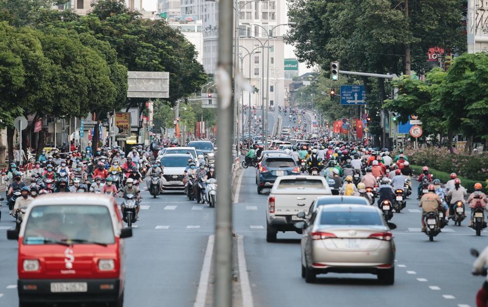 Ảnh: Đường phố Sài Gòn đông đúc trong buổi chiều cuối cùng thực hiện giãn cách xã hội - Ảnh 9.
