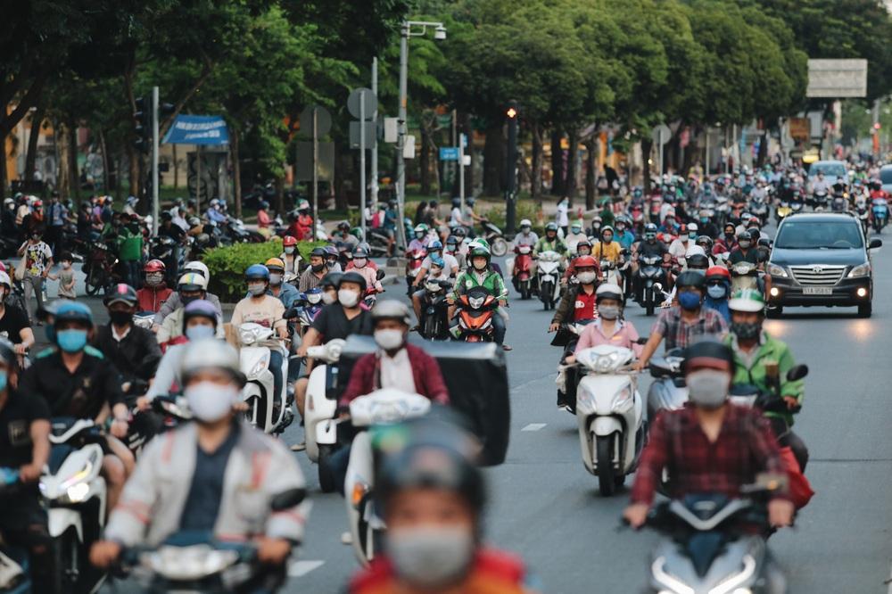 Ảnh: Đường phố Sài Gòn đông đúc trong buổi chiều cuối cùng thực hiện giãn cách xã hội - Ảnh 8.